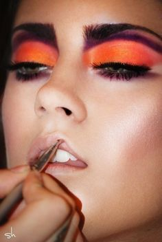 Orange eye make-up, very striking Catwalk Makeup, Runway Makeup, Make Up Looks, Mac Makeup, Makeup Art, Makeup Eyes, Beauty Make Up, Hair Beauty, Khol Eyeliner