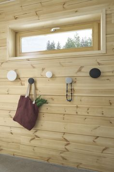 Naturally coloured walls. #Honka House Styles, Beach House Style, Wall Colors, House Interior, Cottage Inspiration, Coastal Living, Interior, Log Home Interiors, Interior Decorating