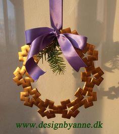 Julekrans i femkantflet Christmas Baskets, Christmas Wreaths, Christmas Decorations, Christmas Ornaments, Paper Weaving, Weaving Art, Diy And Crafts, Arts And Crafts, Paper Crafts