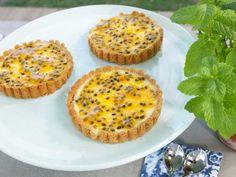 Klassiskt recept på bakad cheesecake. Bottnen görs på mixade digestivekex och fylls sedan med en färskostblandning smaksatt med vanilj. När cheesecaken svalnat garneras den med syrlig passionsfrukt.