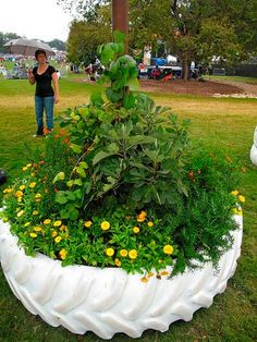 maceta hecha con una rueda para el jardin