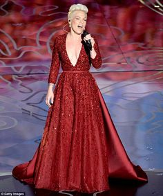 Gowning around: Singer Pink performs Over The Rainbow onstage during the Oscars #gowningaround #shorthairglam