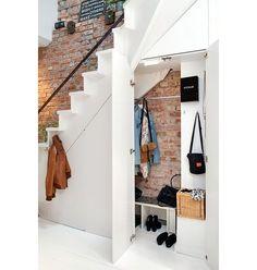 Un dressing sous un escalier