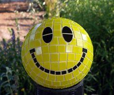 25 DIY Summer Garden Deco Ideas with Bowling Balls - Decoration 2 Bowling Ball Crafts, Bowling Ball Garden, Mosaic Bowling Ball, Bowling Ball Art, Garden Balls, Mosaic Garden, Mosaic Art, Tile Art, Mosaic Glass
