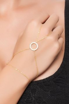 Gold Hand Chain  Circle Finger Bracelet    door PersonalNecklace