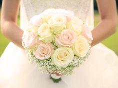 Traditionell übernimmt die Wahl des Brautstraußes der Bräutigam. Die moderne Frau aber mischt sich gerne ein: Ihre Lieblingsblumen müssen in den Brautstrauß. Denn dieser gehört genauso zu der Grundausstattung einer jeden Braut wie das Brautkleid. Aber Brautstrauß ist nicht gleich Brautstrauß. Wir stehen Ihnen mit unseren Tipps und Ideen bei der Wahl des perfekten Brautstraußes zur Seite.