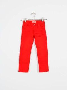 Pantalón Name It Jonas Rojo, composición 99% algodón, 1% elastán.Disponible desde la talla 5 hasta la 14.  #pantalón #moda #niño