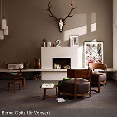 Das Hirschgeweih über dem Kamin verleiht diesem modernen Wohnzimmer einen Hauch Tradition. Dunkle Holzmöbel und moderne Deko und Accessoires sorgen für…