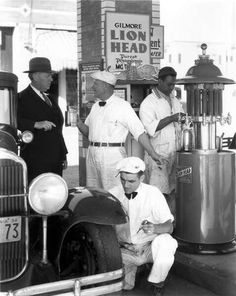 Vintage car and supercar famous photos Chevron Gas, Fuel Truck, Pompe A Essence, Vintage Gas Pumps, Oil Service, Old Gas Stations, Filling Station, O Gas, Cars
