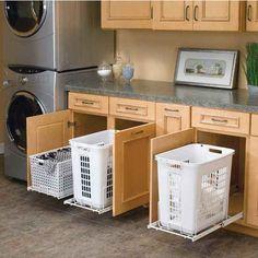 Instala canastos deslizables en un baño o lavandería.
