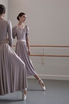 The complete Co Spring 2018 Ready-to-Wear fashion show now on Vogue Runway. Ballet Inspired Fashion, Ballet Fashion, Ballet Images, Ballet Photography, Ballet Beautiful, Dance Pictures, Ballet Dancers, Ballet Wear, Fashion Show Collection