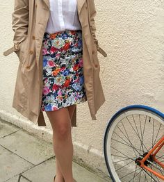 Covered in a bright and cheerful floral motif, this cotton skirt can be worn all year round.