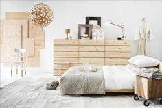 Sex Ivar-byråer ställda ovanpå varandra, 799 kr/st, sängstomme Mandal, 1.495kr, båda från Ikea. Öve...