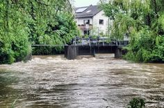 Durch das Wehr Gundelsdorf (Kronach) pressen sich die Wassermassen.