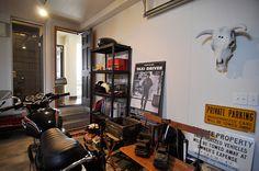 書斎からも眺めることのできるガレージは、潤さんの趣味が生かされた男っぽい空間。