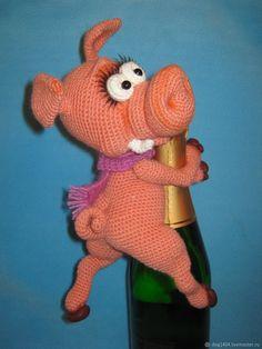 Мастер-класс по вязанию игрушки Хрюн украшение для бутылки – купить в интернет-магазине на Ярмарке Мастеров с доставкой - FCEPDRU