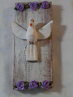 Divino Espírito Santo trabalhado em madeira reciclada, tecido de algodão e flor de tecido. <br> <br>Pomba da Paz , em madeira. <br>Base em compensado trabalhado em pátina provençal e revestido em tecido. <br> <br>Peça única, feita exclusivamente para você. <br> <br>Largura : 7 cm <br>Altura : 16 cm <br> <br>Não jogue no lixo , o que pode ser aproveitado por um artesão. <br> <br>Faça a sua parte. Coopere com o Planeta!