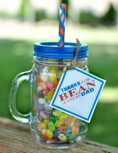 Looking for the perfect last-minute Father's Day gift idea for you and your kids to create? This DIY project is one everyone will love to make and eat! Fill a mason jar with jelly beans and use this free printable to complete the gift. Cheap Fathers Day Gifts, Diy Father's Day Gifts Easy, Diy Mother's Day Crafts, Homemade Fathers Day Gifts, Father's Day Diy, Gifts For Dad, Mothers Day Crafts For Kids, Fathers Day Crafts, Jelly Beans