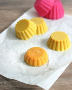 Shower jelly soaps are luxurious and fun but can cost and arm and a leg at your local bath and body shop. Our DIY Shower Jelly Soap recipe is more affordable and easy enough that your kids can join in the process. Diy Lotion, Lotion Bars, Soap Recipes, Bath Recipes, Bath And Body Shop, Jelly Soap, Vital Proteins Collagen, Shower Jellies, Natural Food Coloring
