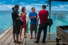 Briefing de l'équipe de tournage avec Franck Tehaamatai, le propriétaire de la ferme perlière de l'atoll de Fakarava.