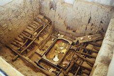 14/ PÉRIODE INTERMÉDIAIRE 1, MOCHICA -  Conservé un temps au musée Brüning, aujourd'hui ce matériel se trouve au Museo Tumbas Reales de Sipán. La richesse minière et agricole explique que ces sépultures soient abondantes en matière d'orfèvrerie.