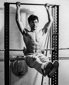 Bruce Lee Abs Workout for a Bruce Lee Six-Pack Washboard Stomach! Learn Bruce Lee abs training and Bruce Lee ab workouts for the perfect summer beach body! Bruce Lee Body, Bruce Lee Art, Bruce Lee Martial Arts, Bruce Lee Quotes, Steven Seagal, Brandon Lee, Chuck Norris, Kung Fu, Bruce Lee Abs Workout