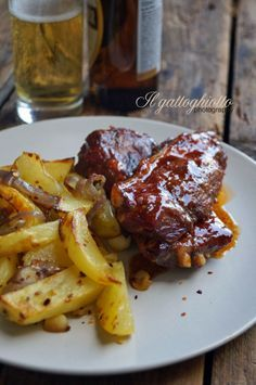 Costine di maiale alla texana (al forno) con patate al chili e salsa barbecue