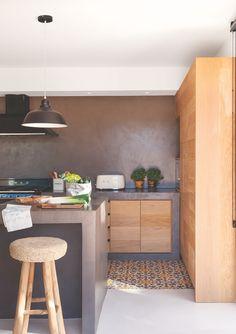 Cocina con muebles de madera, microcemento gris y suelo hidráulico en gris y naranja_MG 8894