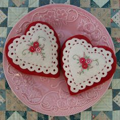 Felt valentine hearts - So sweet! Valentines Day Hearts, Valentine Day Crafts, Vintage Valentines, Valentine Heart, Valentine Cookies, Felt Decorations, Valentine Decorations, Felt Embroidery, Embroidery Stitches