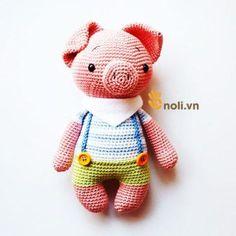 Cách móc chú heo hồng Freddy mặc quần yếm là thú len móc thứ 5 mà NoLi dịch chart trong bộ sưu tập của nhà thiết kế AmalouDesigns.