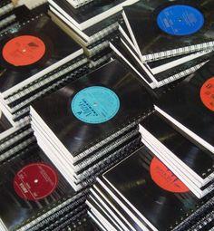Capa de cadernos produzidas com antigos discos de vinil | Coletivo Verde