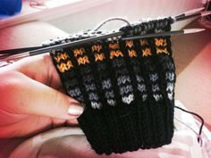 Knitting Stitches, Knitting Socks, Knitted Hats, Knit Dishcloth, Learn How To Knit, Wool Socks, Colorful Socks, Yarn Projects, Mittens
