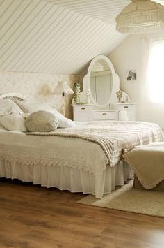 Makuuhuoneessa jatkuu vaalea ja rauhallinen tunnelma. Helmalakana piilottaa sängynalusen. Virkattu pitsipeite toimii päiväpeitteenä. Sen on virkannut Hannan mummon sisko.