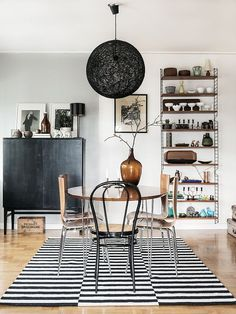 This Swedish home belonging to Annika and Mattias was recently captured by Johanna Flykt Gashi and Carina Olander for Hus o Hem. The space has been decorated in lovely earthy tones. Luxury Living, Home And Living, String Regal, String Shelf, Sweet Home, Ideas Hogar, Swedish House, Piece A Vivre, Dining Room Design