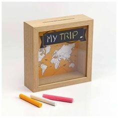 A caixinha Travel Box é uma forma divertida e interativa de decorar com o tema viagem! Personalize e decore sua casa com as recordações de viagem ou use como cofrinho para juntar dinheiro para seu próximo destino.  <strong>NOVIDADE!</strong> Agora a Travel Box é enviada com dois modelos de fundos diferentes. Um produto, dois visuais.