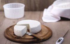 Un primosale ottenuto usando Il siero di kefir, ottenuto durante la preparazione del kefir di latte come caglio e da preparare facilmente in casa, ricetta