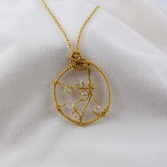 Collier / pendentif doré , perles transparentes , fil métallique doré , wrapped wire .