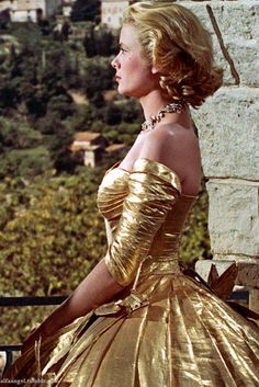 Glowing in Gold: Grace Kelly in Edith Head golden gown - 'To Catch a Thief', gold lame color photo print ad movie star model designer couture full skirt off shoulder evening cocktail dress Golden Age Of Hollywood, Hollywood Glamour, Old Hollywood, Princesa Grace Kelly, Patricia Kelly, Hollywood Costume, Foto Fashion, Mode Vintage, Royals