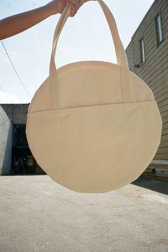 Large Circle Tote - Natural - Lisa Says Gah Sacs Tote Bags, Diy Tote Bag, Canvas Tote Bags, Fabric Bags, Cloth Bags, Handmade Bags, Diy Clothes, Fashion Bags, Purses And Bags