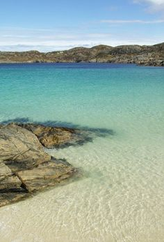 33 Beaches You'd Never Believe Were In Britain This crystal clear water is in fact Achmelvich, in Wester Ross on the west coast of Scotland. Who would have thought that you could find beautiful beaches like this in Scotland. British Beaches, Uk Beaches, Places To Travel, Places To See, Wester Ross, West Coast Scotland, Scotland Beach, Places Around The World, Dream Vacations