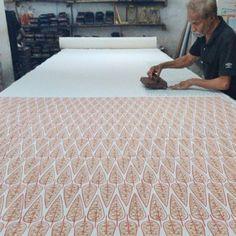 seemakrish (@seemakrishtextiles) • Instagram photos and videos Shibori, Screen Printing, Tile Floor, Textiles, Flooring, Photo And Video, Videos, How To Make, Photos