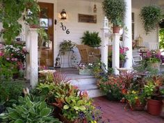 53 Best Farmhouse Front Yard Decor and Design Idea - Farmhouse Landscaping, Front Yard Landscaping, Front Porch Landscape, Front Porch Garden, Side Porch, Landscaping Ideas, Porche Chalet, Outdoor Rooms, Outdoor Gardens