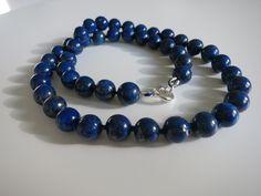Lapis lazuli punottu silkkiin - omaan kaulaan.