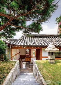 북촌 골목을 거닐다 보면 유난히 독특한 모습의 한옥을 볼 수 있다. 마치 성벽을 쌓아 올린 듯한 이곳은 프라이빗 한옥 갤러리, 이음 더 플레이스. 전통의 품격과 현재의 아름다움, 미래의 가치를 잇는다는 의미를 품고 있다. 1908년 도시형 한옥으로 지어 1백 년 만에 리모델링하고 갤러리로 진화했다. Japanese Architecture, Architecture Old, Historical Architecture, Sustainable Architecture, Small Buildings, Modern Buildings, Asian House, Japanese Style House, Dojo