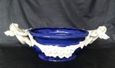 Floreiro em cerâmica nas cores branca e azul royal.