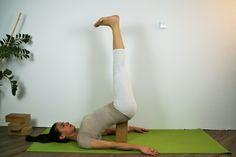 Viparita Karani, mit Block unter dem Kreuzbein; Vorsicht mit dem Gleichgewicht!
