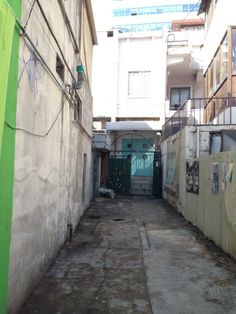 badac @slowbadac / @Gabriela_Choree / 오래된 건물이라 방, 창, 문, 들어서는 골목길, 바깥풍경. 정감 넘치는 곳이지요. / #골목 #길 #문 / 2014 01 18 /