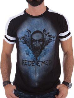 Tøff t-skjorte med stilig trykk. T-skjorten har glimrende passform og er produsert i behagelig bomull. Den har hvit kontrastfarge på skuldre og ermer som gir den et stilig utseende.Passer perfekt sammen med et par tøffe jeans!  Normal i størrelsen. Modellen er 182cm høy, veier 82kg og bruker størrelse L.  Merke: ShineModell: RedeemedMateriale: 100% BomullFarge: SvartStørrelser: S, M, L, XL og XXL