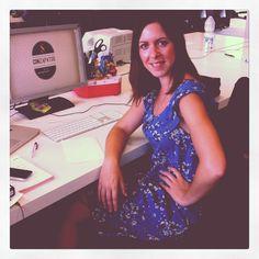 Esther, nuestra Art Director con un vestido de tendencia floral