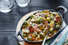 Creamy Garlic Parmesan Brussels Sprouts with Bacon Recipes Bacon Recipes, Diet Recipes, Cooking Recipes, What's Cooking, Salt And Pepper Recipes, Brussels Sprouts Recipe With Bacon, Low Carb Casseroles, Parmesan Sauce, Garlic Parmesan